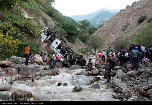 ۲۵ کشته و ۱۵ زخمی در سقوط اتوبوس مسافری به دره ۲۵۰ متری جاده چالوس (+عکس)